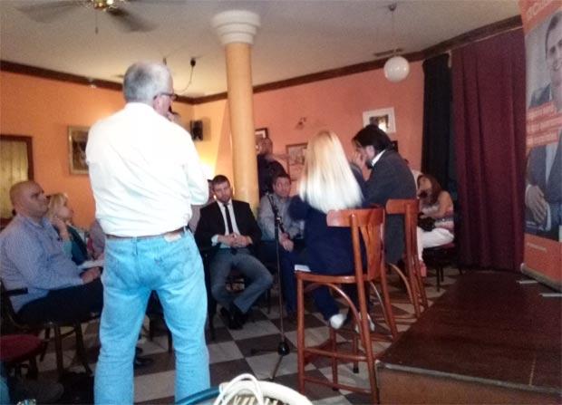 Javier Cervera, de espaldas interviniendo en el 'otro debate'